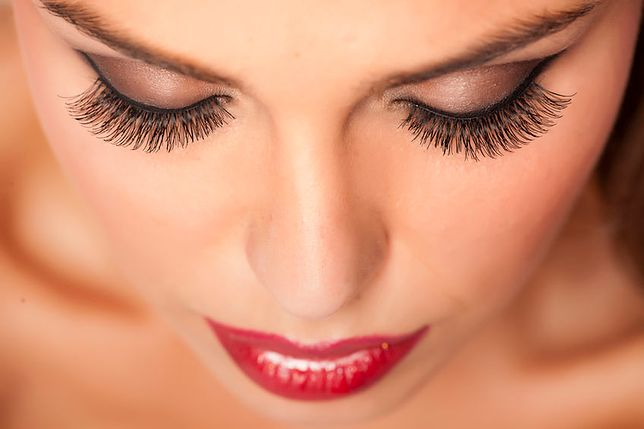 Makijaż wieczorowy potrafi powiększyć optycznie oczy