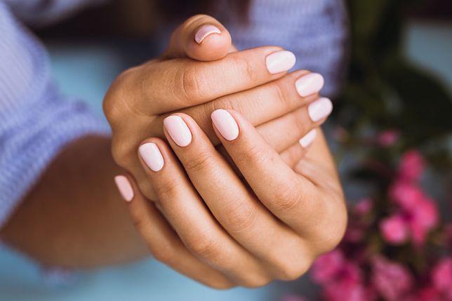Manicure hybrydowy jest coraz popularniejszy.