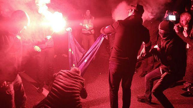 Flagę UE palono już wielokrotnie. Rząd PiS nie zamierza jednak jej chronić