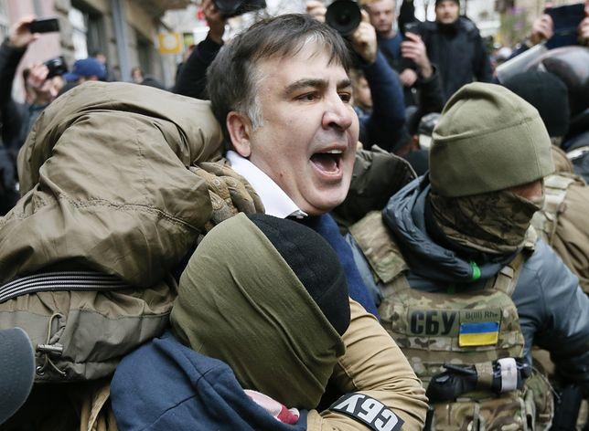 Saakaszwili wyprowadzany z kamienicy w Kijowie.