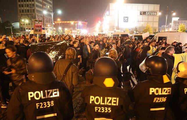Zgromadzeni protestują przeciwko wejściu do Bundestagu AfD