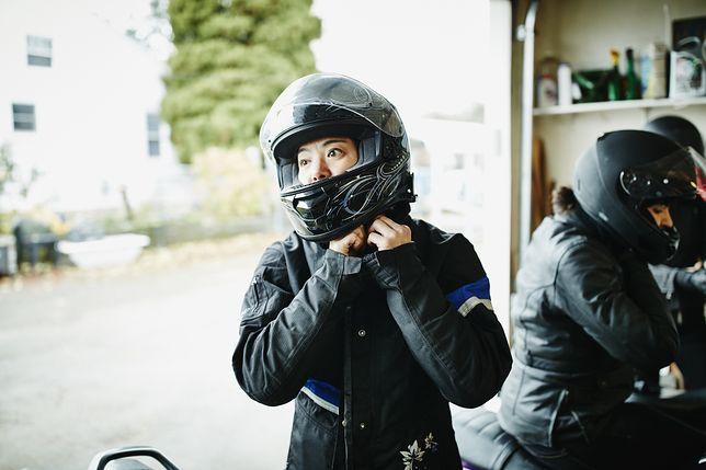 Kask motocyklowy to jedyny element stroju wymagany prawem.