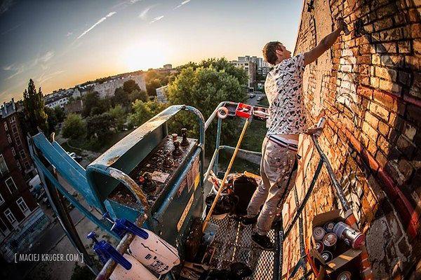 Litry farby i kikadziesiąt godzin pracy. Niezwykły mural na warszawskiej Pradze