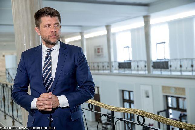 18 lipca Petru próbował wwieźć na teren Parlamentu dwie osoby