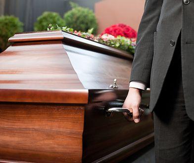 Grabarz piłował trumnę na oczach żałobników