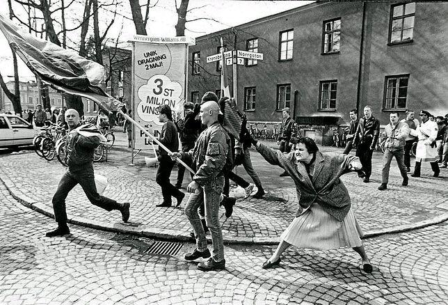 Zdjęcie kobiety atakującej torebką neonazistę zrobiono 13 kwietnia 1985 r.