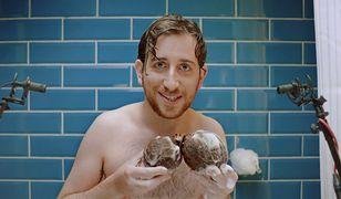 """""""Jaja jak kokosy"""". Axe uczy mężczyzn depilacji intymnej"""