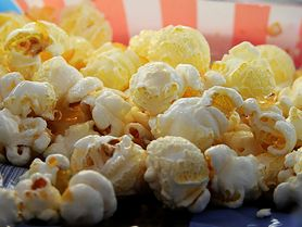 Popcorn z dodatkiem syropu cukrowego/karmelu, bez zawartości tłuszczu