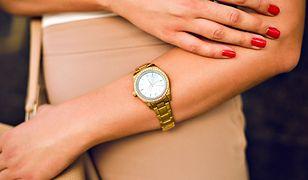 Wystarczy elegancki zegarek, by uzupełnić skromną, klasyczną stylizację