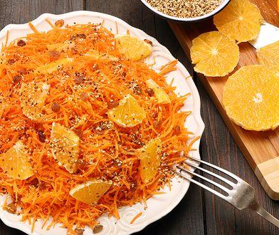 Surówka z marchewki i pomarańczy jest smacznym i bardzo orzeźwiającym daniem.