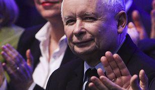 """23 lutego 2019 roku. Prezes PiS otrzymuje gromkie brawa na konwencji partii tuż po ogłoszeniu """"Piątki Kaczyńskiego""""."""