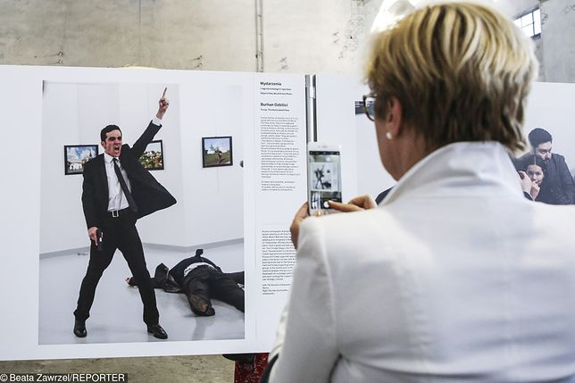 Chorzów, maj 2017, wernisaż wystawy World Press Photo 2017. W tle nagrodzona fotografia Burhana Ozbilici. Zamachowiec Mevlut Mert Altintas śmiertelnie postrzelił podczas wernisażu w galerii sztuki w Ankarze ambasadora Rosji w Turcji.