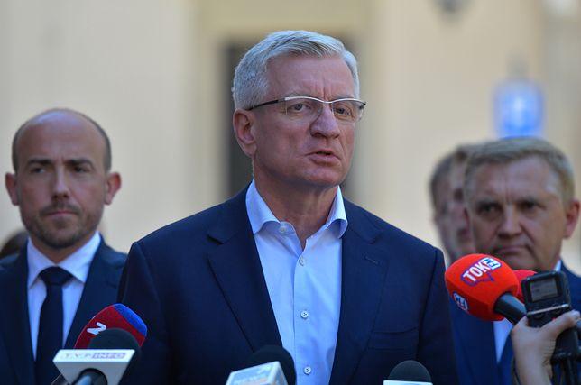 Rzeczniczka poznańskiego magistratu formę zwolnienia tłumaczyła brakiem kontaktu z polityk.