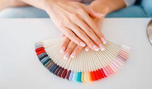 Pastelowe końcówki paznokci to jedna z modnych propozycji na letni manicure