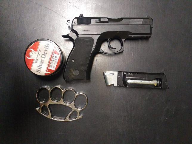 Mińsk Mazowiecki. Policja zarekwirowała 24-latkowi wiatrówkę z magazynkiem, pudełko ze śrutami i kastet