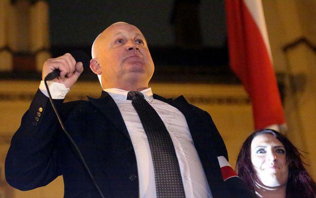 Z hostelu należącego do Piotra Rybaka zniknął skandaliczny baner