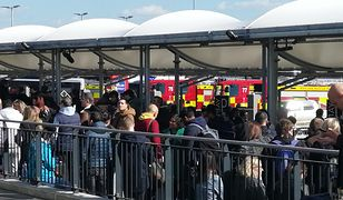 Pasażerowie czekają przed lotniskiem