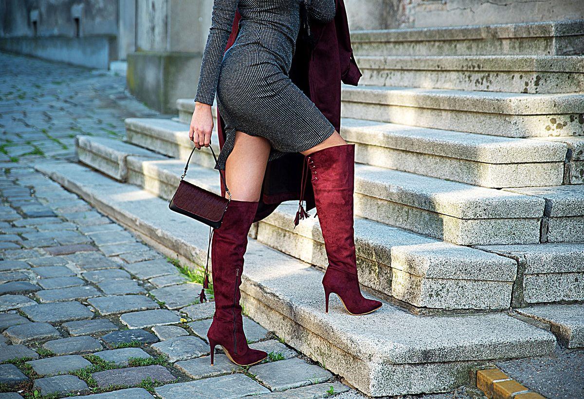 Kozaki za kolano na szpilce i dopasowana sukienka to efektowny zestaw, który podkreśla figurę