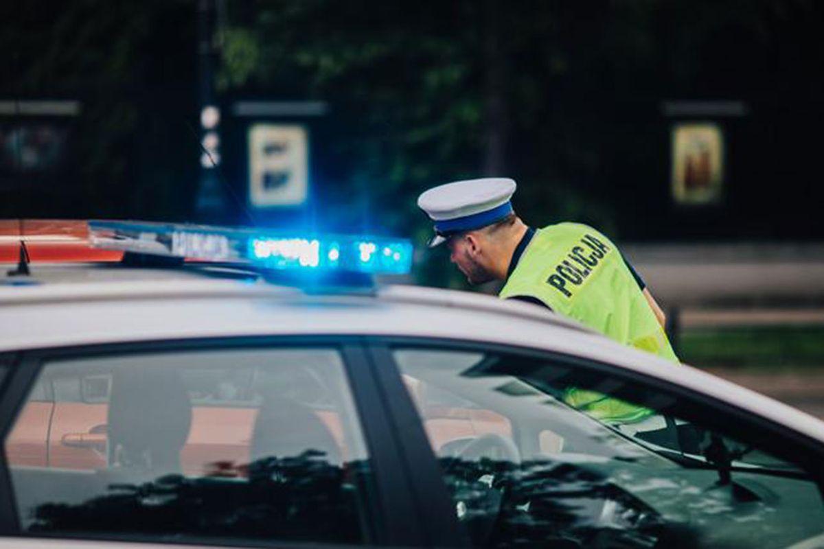 Warszawa. Kierowca wjechał w przystanek na Trasie WZ. Są poszkodowani