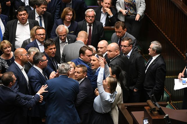 Awantura w Sejmie podczas debaty o SN. Ostre słowa Jarosława Kaczyńskiego, przepychanki przed mównicą