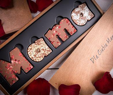 """Słodkie tafle z chrupiącą posypką mogą mieć kształt liter składających się w słowo """"mama"""""""
