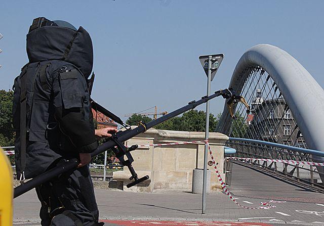 Bomba przy kładce i wypadek cysterny na moście - zdjęcia