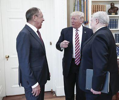 Donald Trump podczas spotkania z szefem MSZ Rosji Siergiejem Ławrowem (L) w Białym Domu