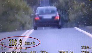 Właściciel mercedesa jechał z prędkością bliską 220 km/h.
