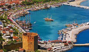 Turcja – stocznia Tersane i Czerwona Wieża w nadmorskim mieście Alanya na Riwierze Tureckiej
