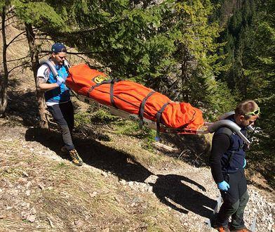 Ratownicy górscy znoszą ciało 53-letniej turystki