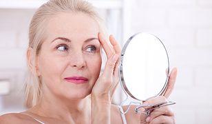 Kosmetyki, które ukryją zmarszczki i powiększą oczy. Prosty makijaż dla dojrzałych kobiet