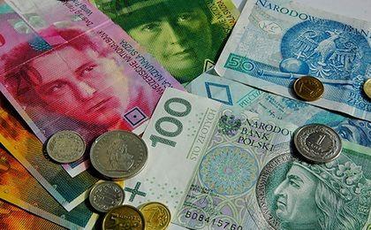 Frank i dolar mogą podrożeć. Dwa czynniki nie sprzyjają złotemu