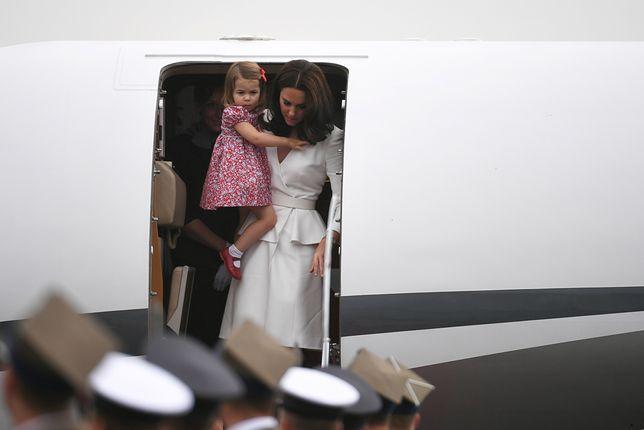Kate i William z dziećmi wychodzą z samolotu WIDEO