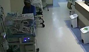 Na nagraniu widać, jak manipuluje przy inkubatorach
