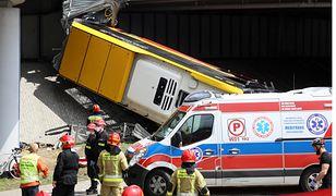 Autobus spadł z mostu w Warszawie. Pasażerka: nagle kierowca jakby na chwilę stracił przytomność