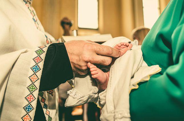 Coraz więcej Polaków nie chrzci swoich dzieci