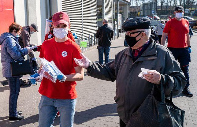 Sosnowiec, 9 kwietnia 2020: wolontariusze przekazują seniorom maseczki uszyte przez ochotników i sosnowieckie firmy.