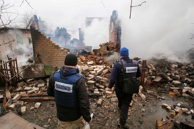 Pracownicy OBWE oglądają zbombardowany dom w Awdijewce w lutym 2017 r.