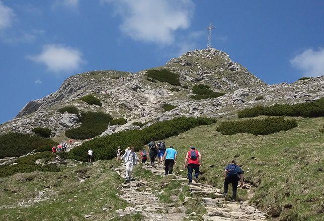 Tatry. Mimo zakazu po burzy turyści wchodzą na Giewont