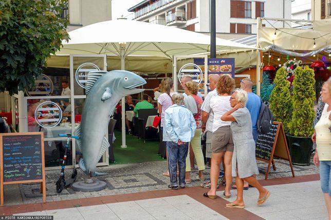 Tłummy turystów nad morzem