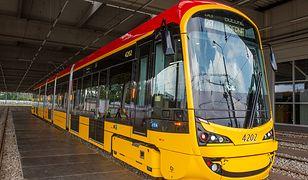 Nowe tramwaje w Warszawie nie mieszczą się przy przystankach