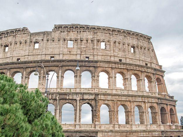 """Turystki zostawiły """"pamiątkę"""" swojej wizyty w antycznym amfiteatrze"""