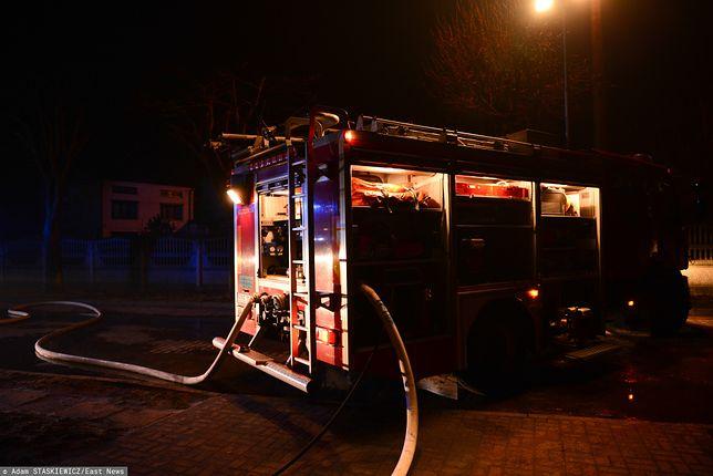 Z pożarem walczy kilkudziesięciu strażaków