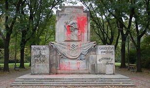Pomnik Żołnierzy Radzieckich w Parku Skaryszewskim po raz kolejny oblany farbą