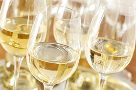 Białe wino szkodzi bardziej niż myślisz. Zobacz, dlaczego