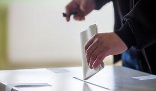 Warszawa głosuje. Wybory samorządowe 2018 popularne pośród głosujących.