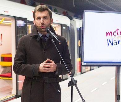 Kamil Dąbrowa w 2014 roku podczas ogłoszenia wyników konkursu na głos informujący o kolejnych przystankach metra