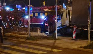 Warszawa. Na ciężarówkę spadła metalowa belka