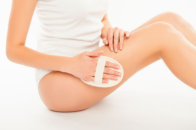 Szczotkuj ciało na sucho - skuteczna metoda na cellulit