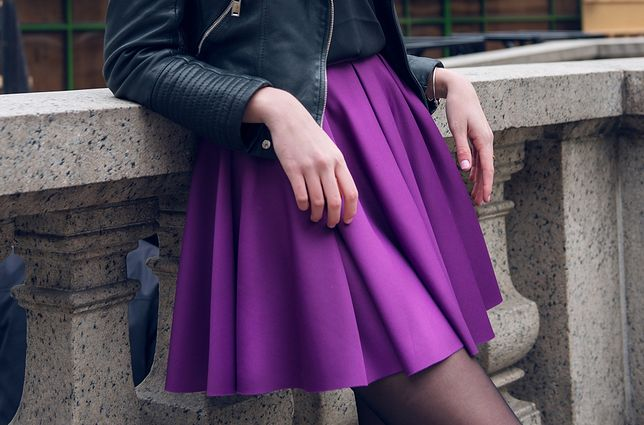 Kolorowa, rozkloszowana spódnica to trafny wybór na wczesną jesień